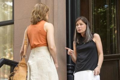 Helen und Alison treffen aufeinande (© Showtime/Amazon)