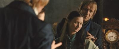 Mit materiellen Wünschen möchte Emma ihre Leere im Leben auffüllen (© Warner Bros Pictures)