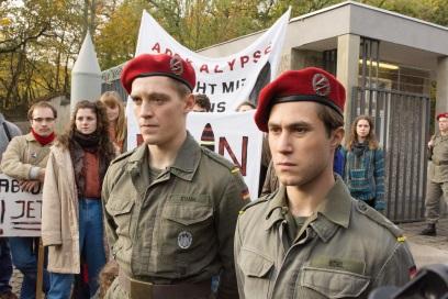 Martin und Alex sollen bei einer Demonstration für Ruhe sorgen (© Universum Film)