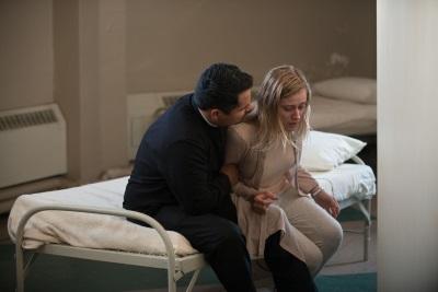 Father Lorenzo möchte Angela helfen (© Universum Film)