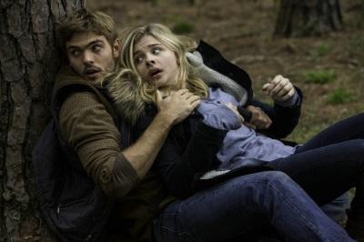 Evan und Cassie gehen in Deckung (© Sony Pictures Germany)