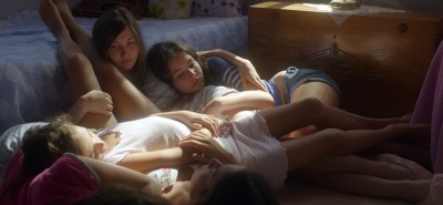 Die Schwestern halten auch in schweren Zeiten zusammen (© Weltkino)