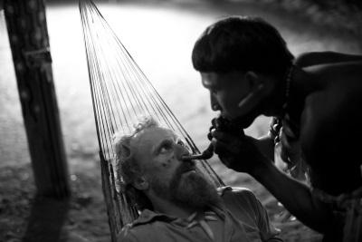 Karamakate behandelt Theodor (© MFA FILM)