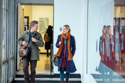Maggie und John lernen sich während der Arbeit kennen (© MFA Film)