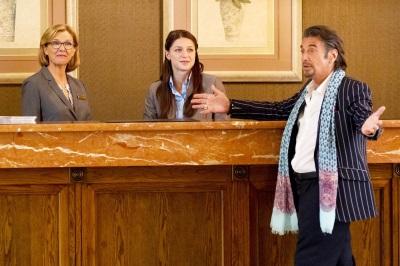 Danny Collins sorgt für Stimmung bei den Hotel-Mitarbeitern (© Koch Media)