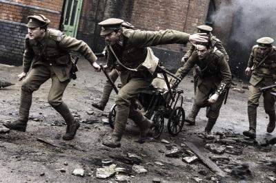 Die Soldaten und ihre Druckerpresse (© Polyband)