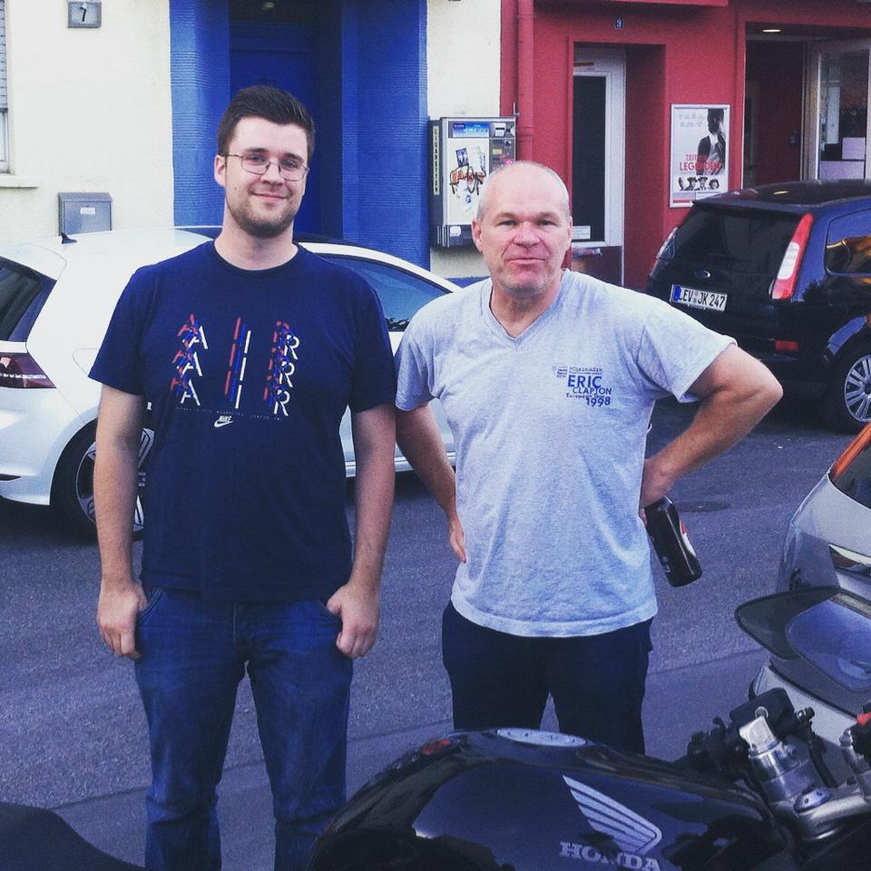 Uwe Boll mit Leinwandreporter Thomas vor dem Scala in Leverkusen