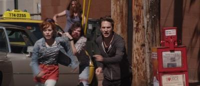 Deb und Ryan flüchten vor den Untoten (© Tiberius Film)