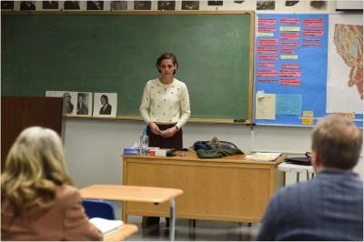 Beth fängt einen neuen Job als Lehrerin an (© Film Science)
