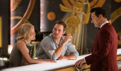 Aurora und Jim lassen sich von Arthur umsorgen (© Sony Pictures Germany)