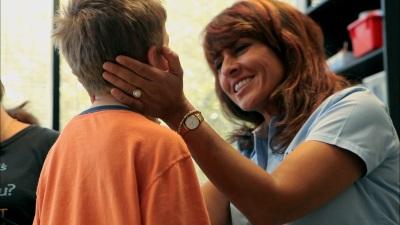 Eine Mutter kümmert sich um ihr krankes Kind (© Busch Media Group)