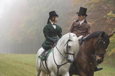Lord Melbourne führt Victoria in ihre Aufgaben ein (© Edel)