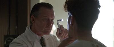 Bei diesem Doktor möchte man nicht behandelt werden (© Universum Film)