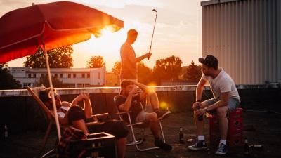 Danny genießt mit seinen Kumpels den Sommer (© Polyband)