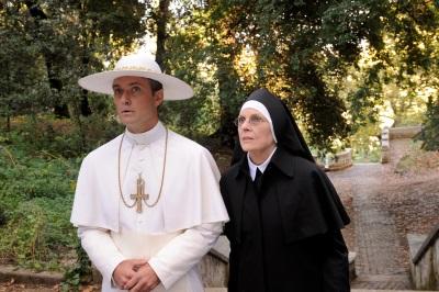 Auch Schwester Mary kann nicht viel an der Einstellung ihres Ziehsohns ändern (© Polyband)