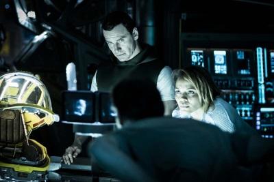 Walter und die Crew planen die Landung auf einem fremden Planeten (© 20th Century Fox)