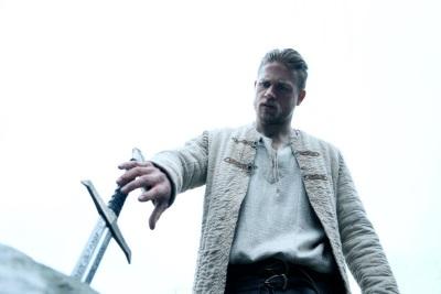 Die erste Begegnung von Arthur und Excalibur (© Warner Bros Pictures Germany)