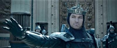 Ein nur selten majestätischer Jude Law (© Warner Bros Pictures Germany)