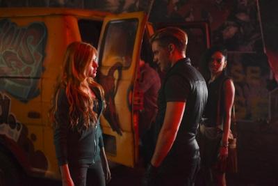 Ein einschneidender Moment - Clary trifft auf Jace (© Constantin Film)