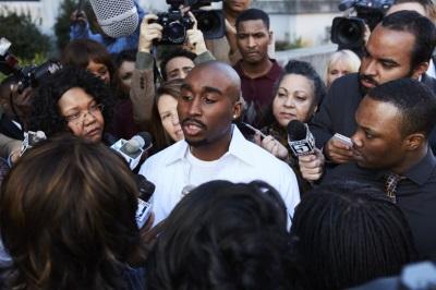 Tupac umringt von Journalisten (© Constantin Film)