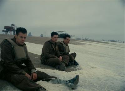 Die jungen Soldaten warten auf Hilfe (© Warner Bros Pictures)