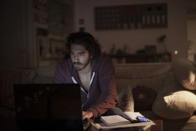 Saroo macht sich auf die Suche nach seiner Heimat (© Universum Film)
