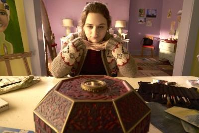 Clare und ihr neues Spielzeug (© Broad Green Pictures)