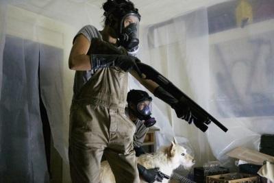 Zum Schutz vor Eindringlingen sind rabiate Schutzvorrichtungen nötig (© Universum Film)