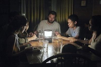 Die beiden Familien wollen einen ruhigen Moment für ein gemeinsames Essen nutzen (© Universum Film)