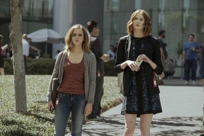 """Annie zeigt Mae das Leben beim """"Circle"""" (© Universum Film)"""