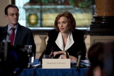 Deborah Lipstadt bei einer Pressekonferenz (© Square One/Universum)