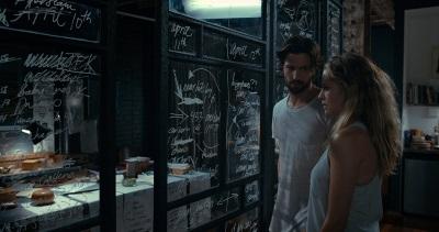 Dylan erklärt Sarah seine Theorien (© Universum Film)