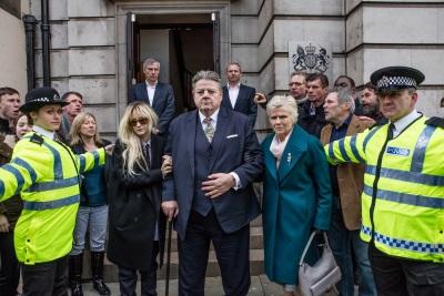 Seine Frau und Tochter begleiten Paul bei seinem Gang zum Gericht (© Aimee Spinks The Forge all3media International)