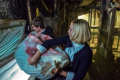 """Norman und """"Mutter"""" bei der Arbeit (© Cate Cameron, A&E, Universal Television)"""