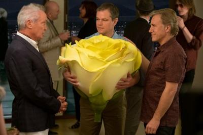 Paul bringt seinen Freunden ein Geschenk aus dem alten Leben mit (© Paramount Pictures)
