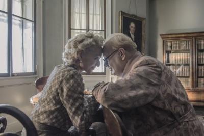 Churchill lässt sich von seiner Frau aufrichten (© Universal Pictures International Germany)