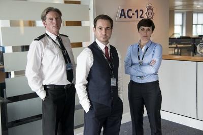 Ted Hastings mit seinen Top-Ermittlern vom AC-12 (© Justbridge Entertainment)