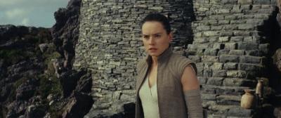 Rey möchte den Umgang mit der Macht lernen (©Walt Disney Studios Motion Pictures Germany)