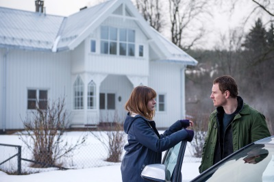 Harry und Katrine besuchen einen Tatort (© Universal Pictures Germany)