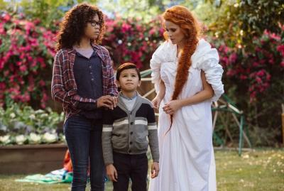 Mrs. Whatsit unterhält sich mit den Murry-Kindern (© Walt Disney Studios Motion Pictures Germany)