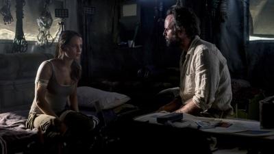 Lara trifft auf ihren Widersacher Vogel (© Warner Bros)