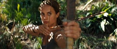 Lara weiß sich zu wehren (© Warner Bros)