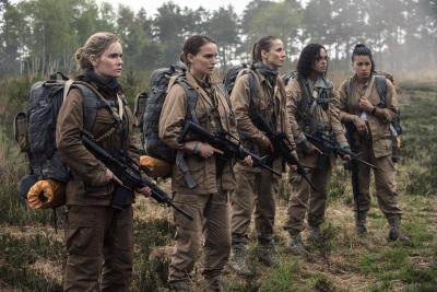 Lena und ihre Kolleginnen beim Eintritt in Area X (© Netflix/Paramount Pictures)