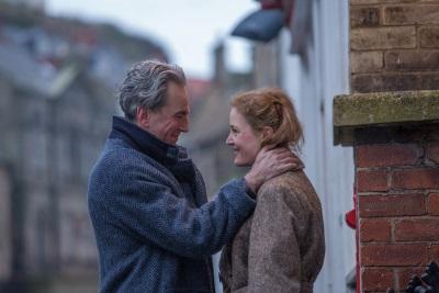 Reynolds verliebt sich in Alma (© 2017 Universal Pictures/Laurie Sparham/Focus Features)
