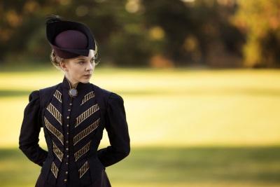 Ist Mrs. Appleyard wirklich die feine Dame, die sie der Gesellschaft vorspielt? (© Universum Film)