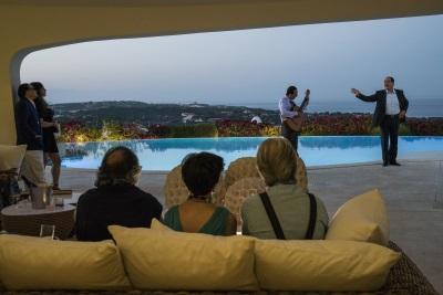 Berlusconi unterhält seine Gäste (© DCM/Gianni Fiorito)