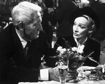 Richter Hayword und die Witwe Bertholt schließen eine eigentümliche Freundschaft (© Capelight Pictures)