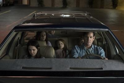 Hugh bringt die Familie in Sicherheit (© Netflix)