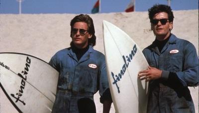 Carl und James gehen surfen (© Justbridge Entertainment)