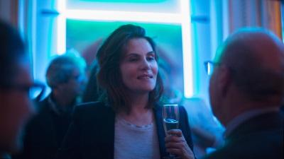 Delphine erträgt professionelle PR-Gespräche (© StudioCanal)